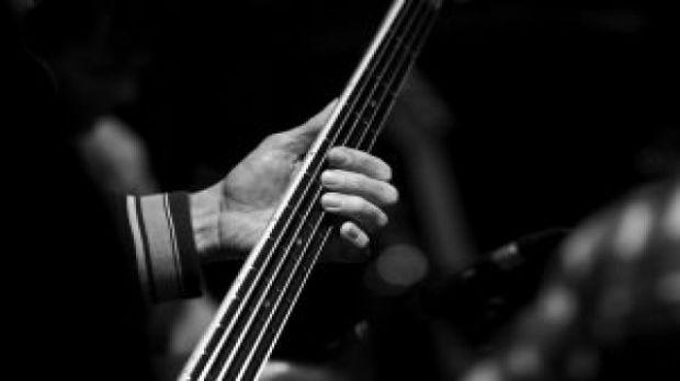 Como tocar contrabaixo gospel?